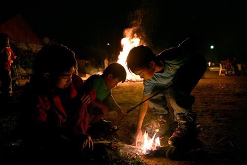 Mit Feuer spielende Kinder
